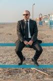 Un jeune homme élégant est sur la plage Ardea l'Italie photos libres de droits