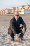 Un jeune homme élégant est sur la plage Ardea l'Italie Image libre de droits