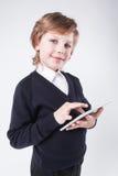 Un jeune homme ambitieux avec un sourire, tenant un comprimé photo libre de droits