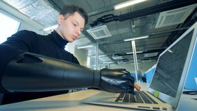 Un jeune homme avec des incapacités travaille avec son ordinateur portable, fin  banque de vidéos