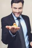 Un jeune homme avec un canard en caoutchouc jaune images libres de droits