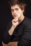 Un jeune homme bel attendant une idée Image libre de droits