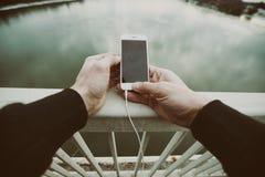 Un jeune homme courant sur un pont Type maintenant son corps adapté par essai photographie stock
