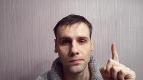 Un jeune homme d'affaires ayant l'idée et dirigeant le doigt  banque de vidéos