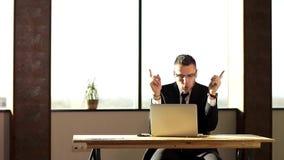Un jeune homme d'affaires est captivé de sa bonne chance clips vidéos
