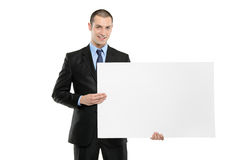 Un jeune homme d'affaires retenant une carte vierge blanche Photos libres de droits