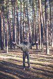Un jeune homme d'aspect criminel dans une veste en cuir noire Images stock