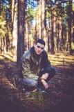 Un jeune homme d'aspect criminel dans une veste en cuir noire Photo libre de droits