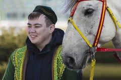 Un jeune homme dans la robe nationale kazakh Photographie stock libre de droits