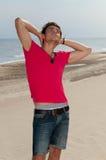 Un jeune homme dans les jeans et une chemise Photos stock