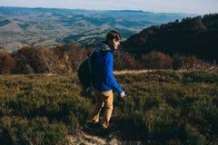 Un jeune homme en montagnes Images libres de droits
