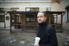 Un jeune homme et son restaurant ruiné Image libre de droits
