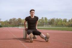 Un jeune homme, immersion inverse de planche, bloc de béton photos libres de droits