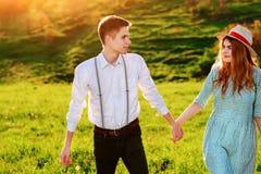 Un jeune homme marche avec son amie en parc Photographie stock