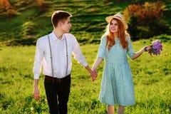Un jeune homme marche avec son amie en parc Image libre de droits