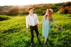 Un jeune homme marche avec son amie en parc Photos libres de droits