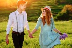 Un jeune homme marche avec son amie en parc Images stock