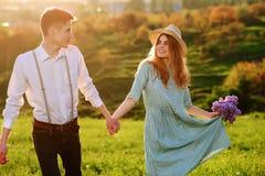 Un jeune homme marche avec son amie en parc Images libres de droits
