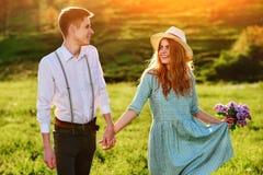 Un jeune homme marche avec son amie en parc Photo stock