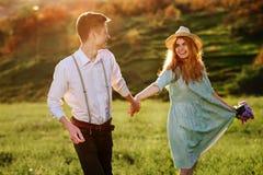 Un jeune homme marche avec son amie en parc Image stock