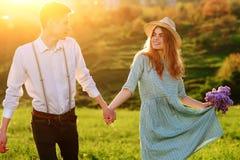 Un jeune homme marche avec son amie en parc Photo libre de droits