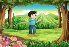 Un jeune homme perdu au milieu de la forêt Photos stock