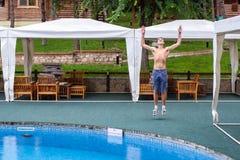 Un jeune homme près de la piscine Photographie stock libre de droits