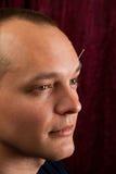 Un jeune homme reçoit l'acuponcture faciale Image libre de droits