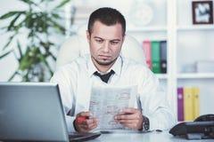 Un jeune homme recherche un travail Le type regarde les annonces du travail Le travail voulu images stock