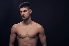 Un jeune homme, regardant en longueur, corps sans chemise de réflecteurs Image stock