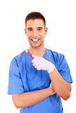 Un jeune homme se brossant les dents d'isolement sur le fond blanc Photographie stock libre de droits