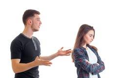 Un jeune homme se tenant près de son amie et diffusions ses mains Images libres de droits