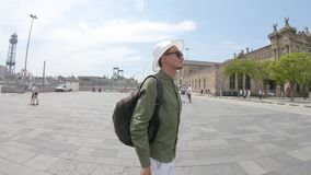 Un jeune homme, touriste se tenant avec un sac à dos et dans un chapeau et prend des photos par le smartphone près de Columbus Mo clips vidéos