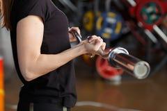 Un jeune ia sportif faisant des boucles de biceps images stock