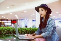 Un jeune indépendant travaillant dans le lieu de travail photographie stock libre de droits
