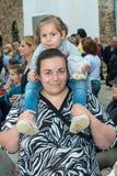 Un jeune invité aux jeux de Nestinar dans le village de Bulgari, Bulgarie Photo libre de droits