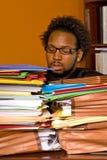 Jeune mâle d'Afro-américain enterré dans le travail Image stock