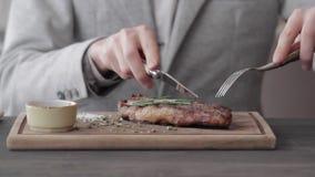 Un jeune mangeur d'hommes un bifteck banque de vidéos