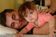 Un jeune père avec une jeune fille voyage en Ukraine photo stock