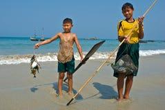 Un jeune pêcheur birman images libres de droits
