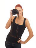 Un jeune photographe féminin roux avec un appareil-photo Photo libre de droits