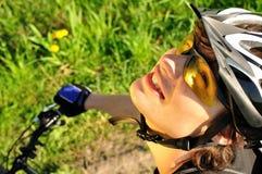 Un jeune plan rapproché de cycliste Photographie stock libre de droits