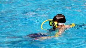Un jeune plongeur Images stock