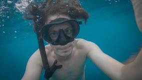 Un jeune selfie naviguant au schnorchel caucasien d'eau du fond d'homme photographie stock