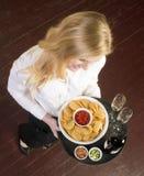 Le jeune serveur femelle attrayant apporte la nourriture TR de vin et d'apéritif Image stock