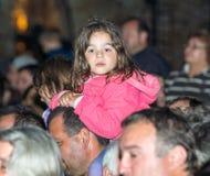 Un jeune spectateur aux jeux de Nestinar dans le village de Bulgari, Bulgarie Photographie stock