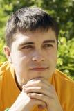 Un jeune type avec les yeux rêveurs Photos libres de droits