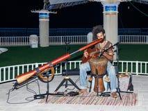 Un jeune type joue une guitare le soir sur le bord de mer dans la ville de Nahariya, en Israël Photographie stock libre de droits