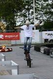 Un jinete del truco en una bici del deporte Fotografía de archivo libre de regalías