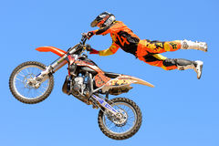 Un jinete profesional en la competencia de FMX (motocrós del estilo libre) en los deportes extremos Barcelona de LKXA Foto de archivo